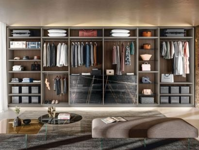 Outfit Walk-In-Closet
